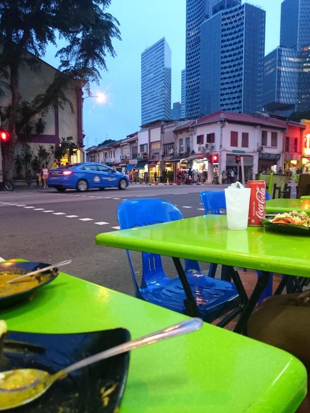 Makan di pinggir jalan ini memang asyik lah.