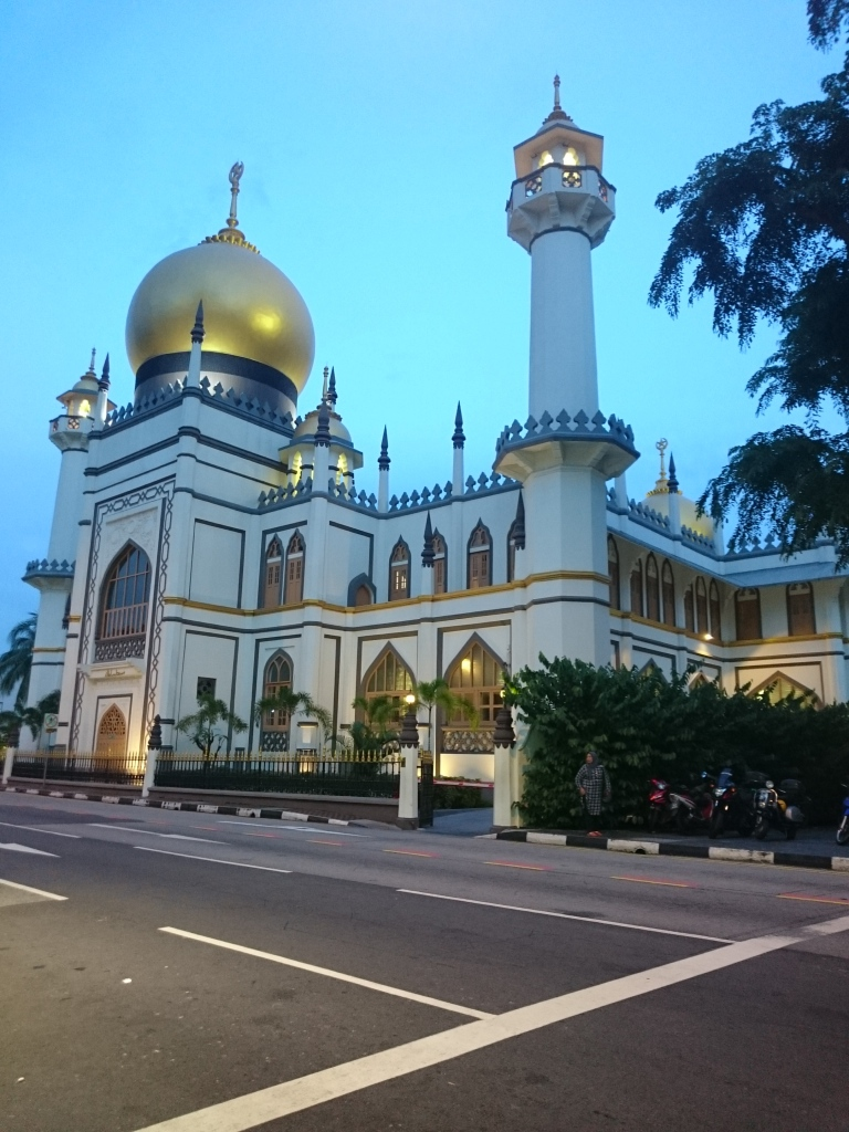 Masjid sultan persis di seberang jalan.