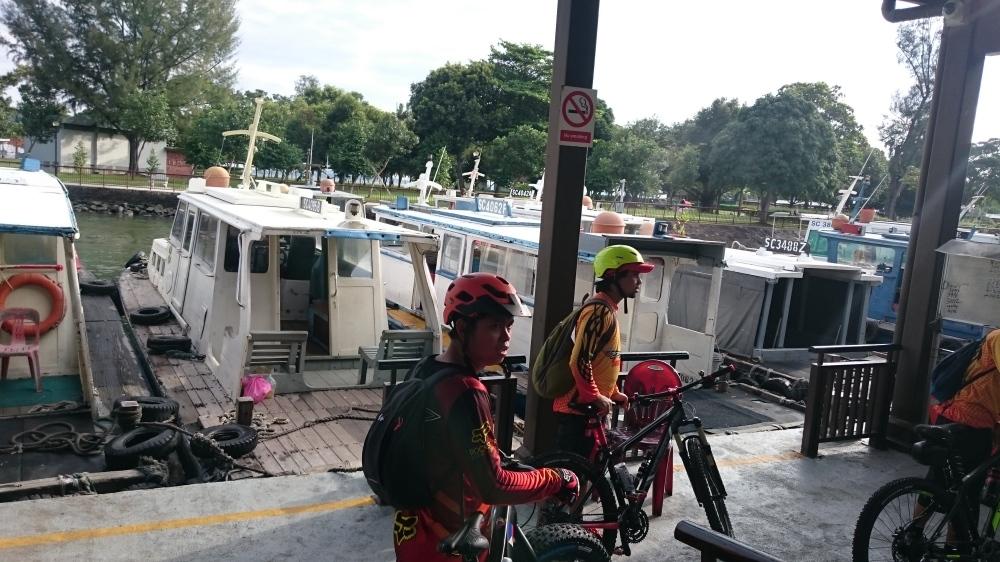 Penyebrangan kapal changi village. 6 sepeda pun bisa dibawa masuk kapal.