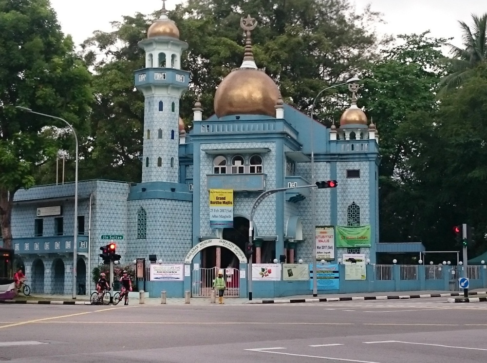 Pagi memang best time for cycling. Goweser di depan masjid malabar