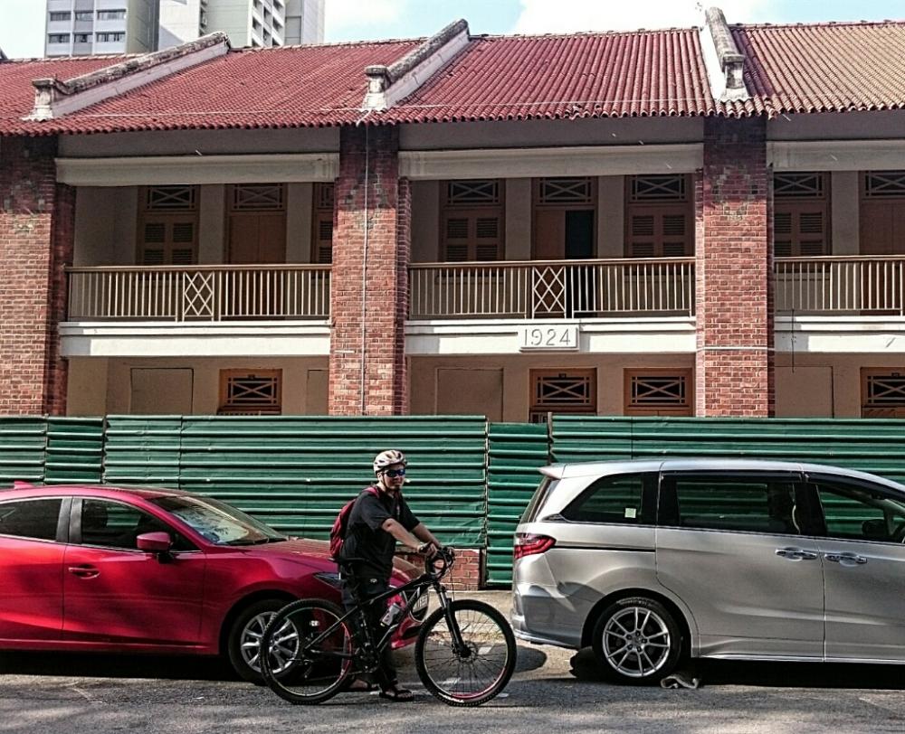 Kebanyakan Pondok  dibangun di awal 1900an. Om Havas di depan ex pondok bikinan  1924