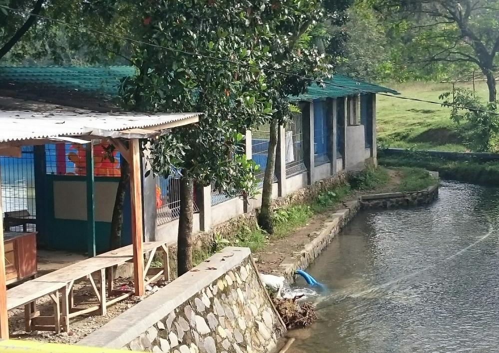 Mata air sodong kali ini sudah dilengkapi dengan kolam renang sungguhan. Untuk anak-anak tentunya.
